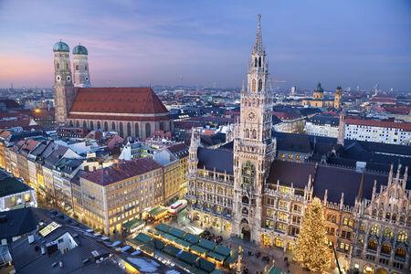 München, Deutschland Luftbild von München, Deutschland mit Weihnachtsmarkt und Weihnachtsdekoration bei Sonnenuntergang