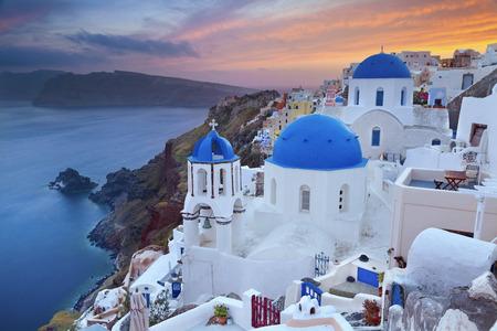 일몰 동안 아름 다운 그리스 산토리니 섬에 위치한 작은 마을 이아, 티라의 이미지