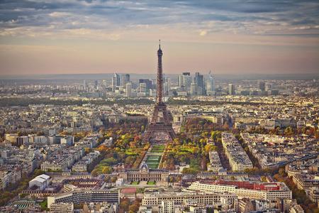 Herbst in Paris. Luftaufnahme von Paris bei Sonnenuntergang. Blick vom Montparnasse-Turm. Lizenzfreie Bilder