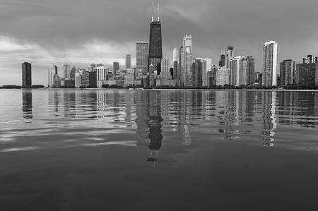 시카고 스카이 라인. 시카고, 일리노이의 흑백 이미지입니다.