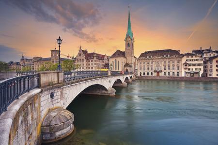 Zürich. Afbeelding van Zürich tijdens dramatische zonsopgang.