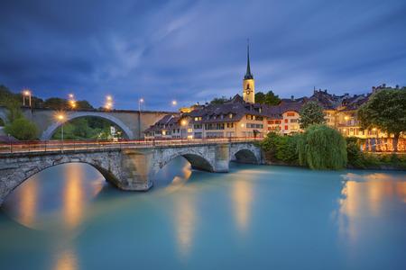 Bern. Image de la capitale de la Suisse Berne pendant l'heure bleu crépuscule. Banque d'images