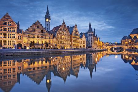 Gent. Afbeelding van Gent België tijdens de schemering blauwe uur.