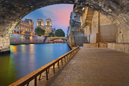 파리. 프랑스 파리의 세느 강의 노트르담 성당과 강변의 이미지. 스톡 콘텐츠