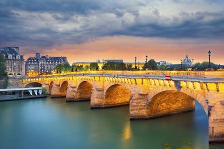 Paris. Image of the Pont Neuf, the oldest standing bridge across the river Seine in Paris, France. Banco de Imagens - 44222065