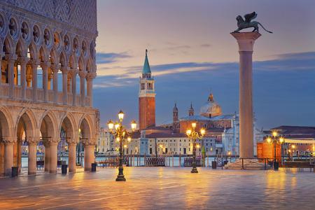 cestování: Benátky. Obrázek náměstí svatého Marka v Benátkách při východu slunce.