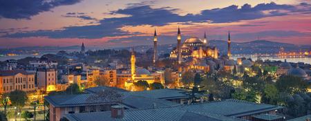 イスタンブールのパノラマ。日の出の間、トルコのイスタンブールのアヤソフィアのパノラマ画像。
