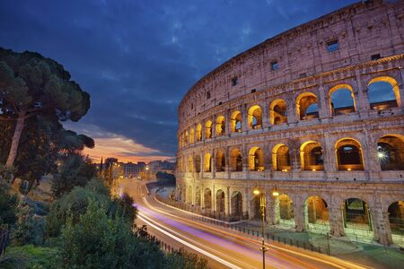 Colisée Image du Colisée, Rome pendant le lever du soleil.