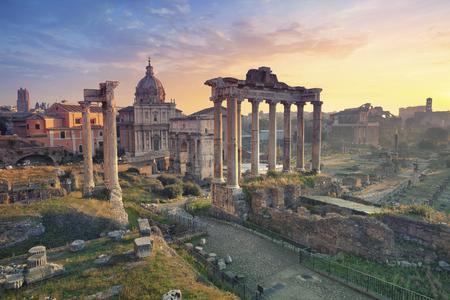 roma antigua: Foro Romano. Imagen del foro romano en Roma, Italia durante el amanecer.