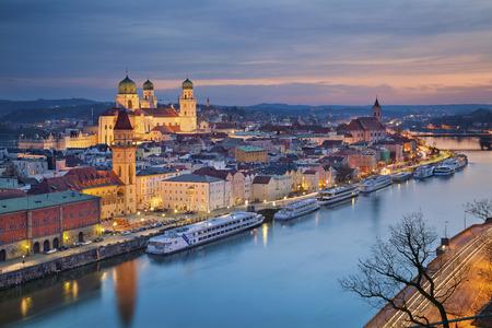 Passau. Passau Skyline in der Dämmerung blauen Stunde, Bayern, Deutschland.