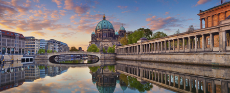Berlin. Panoramic image of Berlin Cathedral and Museum Island in Berlin during sunrise. 免版税图像