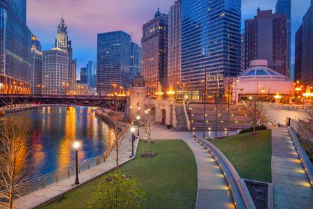 シカゴの街。青い夕暮れ時ダウンタウン シカゴの街並みイメージ。