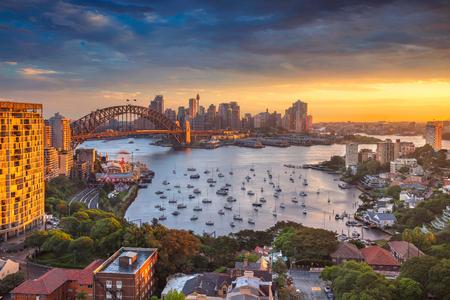 시드니. 일몰 동안 하버 브리지와 시드니의 스카이 라인 시드니, 호주의 도시 이미지입니다.