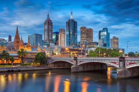 メルボルンの街。青いたそがれ時にメルボルン、オーストラリアの都市の景観イメージ。