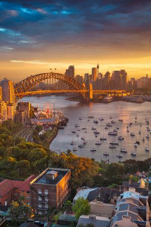 シドニー。日没時にハーバー ブリッジ、シドニーのスカイラインにシドニー、オーストラリアの都市の景観イメージ。