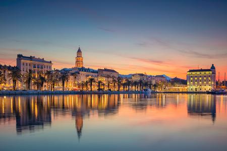 Split. Prachtige romantische oude stad Split tijdens mooie zonsopgang. Kroatië, Europa. Stockfoto