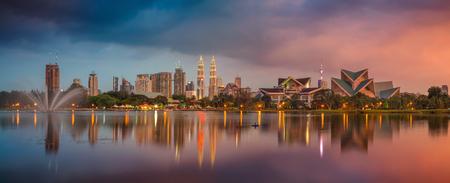 쿠알라 룸푸르 파노라마입니다. 일몰 동안 쿠알라 룸푸르, 말레이시아 스카이 라인의 파노라마 이미지. 스톡 콘텐츠