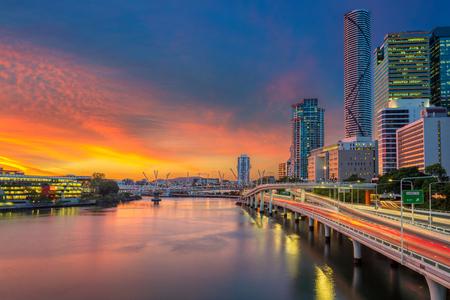 Brisbane. Cityscape afbeelding van de skyline van Brisbane, Australië tijdens dramatische zonsondergang. Stockfoto