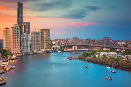 Brisbane. Stadtbildbild von Brisbane-Skylinen in Australien während des drastischen Sonnenuntergangs. Standard-Bild - 92167685