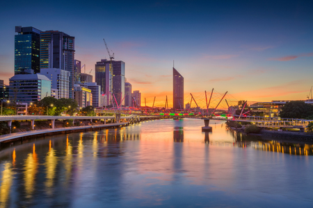 ブリスベン。劇的な日の出の間にブリスベンのスカイライン、オーストラリアの都市景観画像。 写真素材