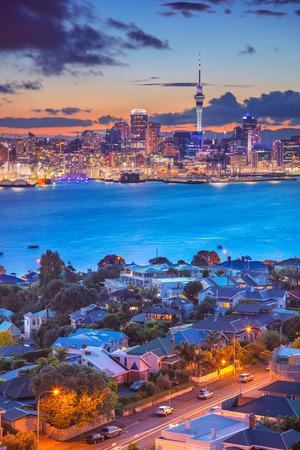 オークランド。オークランドのスカイライン、ニュージーランドの都市景観画像は、前景にダベンポートと日没時に。
