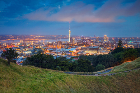 Auckland. Cityscape afbeelding van Auckland skyline, Nieuw-Zeeland genomen van Mt. Eden bij dageraad.