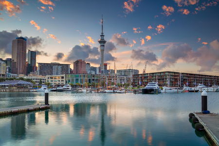 Auckland. Cityscape image of Auckland skyline, New Zealand during sunrise. Banco de Imagens - 96756014