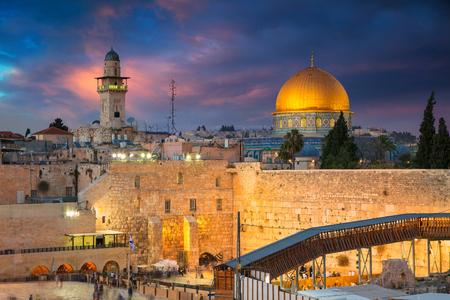 Jerozolima. Pejzaż miejski Jerozolimy, Izrael z Kopułą na Skale i Ścianą Płaczu o zachodzie słońca.