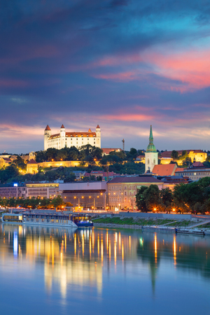 Bratislava. Imagen del paisaje urbano de Bratislava, capital de Eslovaquia durante la hora azul del crepúsculo. Foto de archivo
