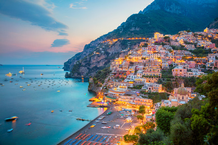 Positano. Luftbild der berühmten Stadt Positano an der Amalfiküste, Italien während des Sonnenuntergangs.