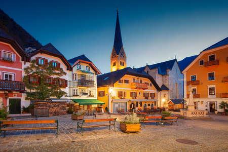 Hallstatt, Austria. Cityscape image of famous alpine village Hallstatt at autumn sunrise. Banco de Imagens