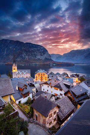 Hallstatt, Austria. Cityscape image of iconic alpine village Hallstatt at dramatic autumn sunrise. Banco de Imagens