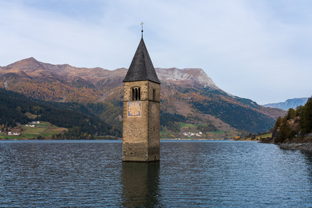 Church in the water at Lake Reschen in Tyrol in north Italy 免版税图像