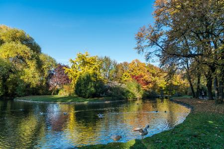 Vista otoñal en el Jardín Inglés en Munich en Alemania