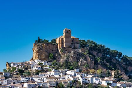 The spectacular Spanish town of Montefrio with its whitewashed houses and its sixteenth century clifftop church, the Iglesia de la Villa, in the Granada region of Andalucia. 免版税图像