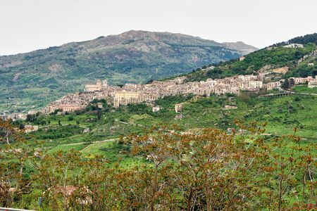 The hilltop village of Petralia Sottana against the backdrop of the Madonie Mountains in Sicily, Italy Stockfoto