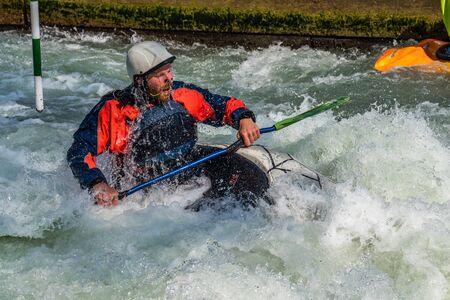 Augsburg, Niemcy-16 czerwca 2019: kajakarstwo górskie, kajakarstwo ekstremalne. Facet w kajaku płynie po Eiskanal w Augsburgu w Niemczech