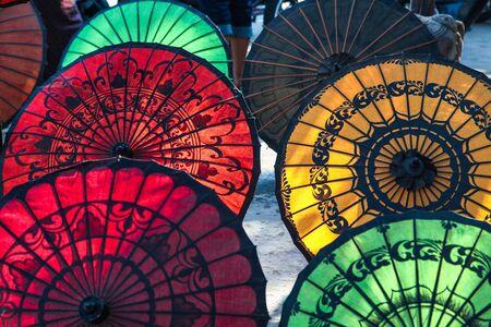 Bunte burmesische Sonnenschirme, handgefertigte bunte Regenschirme in Myanmar ehemaligem Burma