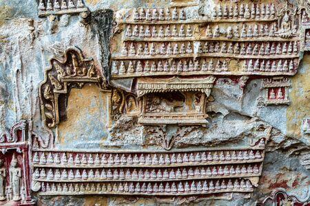 Buddha Statues in Yathaypyan Kawgungu Cave, Hpa An , Myanamar Imagens