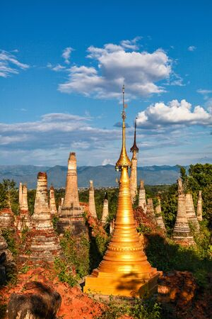 Ruins of ancient stupas of Shwe Indein Pagoda over blue sky. Indein village, Inle Lake, Shan State, Myanmar, Burma Stockfoto
