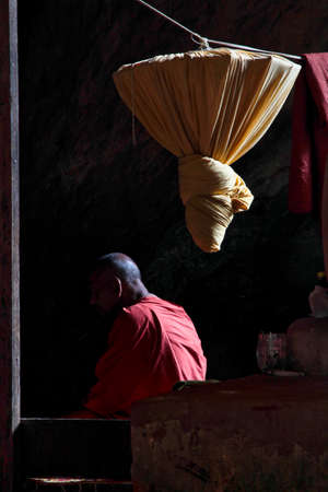 Hpa-an, Myanmar - Nov 06, 2019: Monk inside of Kaw Ka Thaung Cave, located close to Hpa-An, Myanmar Redactioneel