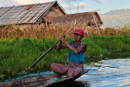 Inle Lake, Myanmar - Nov 08, 2019: Burmese people on Inle Lake in Shan State, Myanmar former Burma. Inle Lake is a freshwater lake located in the Nyaungshwe Township of Taunggyi District of Shan State Redactioneel