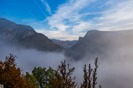 Morning mist hanging over Verdon Gorge, Gorges du Verdon, amazing landscape of the famous canyon with winding turquoise-green colour river and high limestone rocks in French Alps, Provence, France Imagens
