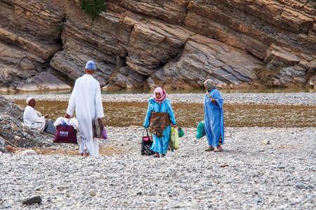 Erfoud, Morocco - Oct 17, 2019: Berber people living in the moroccan mountains between Midelt and Erfoud in Morocco, Africa Redactioneel