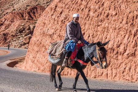 Ouarzazate, Morocco - Oct 21, 2019: People on the roads through the High Atlas Mountain range between Marrakesh, Ait Ben Haddou and Ouarzazate Redactioneel
