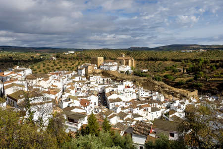 Setenil de las Bodegas is a town in the province of Cadiz, Andalusia, Spain, famous for its dwellings built into rock overhangs above the Rio Trejo 版權商用圖片