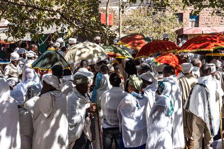 Lalibela, Ethiopia - Feb 13, 2020: Ethiopian people at the Bet Maryam Church, St. Mary Church in Lalibela, Ethiopia Africa 新聞圖片
