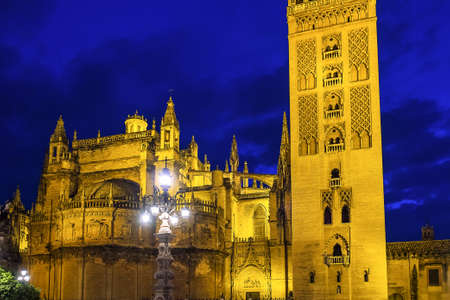 Catholic Cathedral of Saint Mary, Catedral de Santa Maria de la Sede in Seville, Andalusia, Spain at night 免版税图像