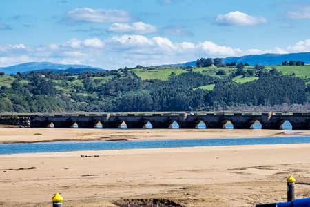 Maza bridge over the estuary of San Vicente de la Barquera, Cantabria, Spain.. View of the Puente de la Maza, which crosses the estuary of the village. Imagens
