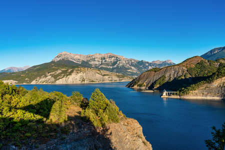 Lake Serre-Poncon, Lac de Serre-Poncon is a lake in southeast France near the town Gap. It is one of the largest artificial lakes in western Europe Stockfoto